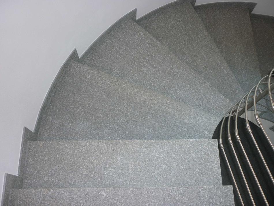 Scala interna in pietra di luserna spazzolata arch marmisti per modena e - Pietra di luserna per esterni ...